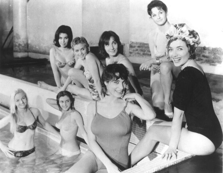 still-of-stéphane-audran-and-bernadette-lafont-in-les-bonnes-femmes-(1960)